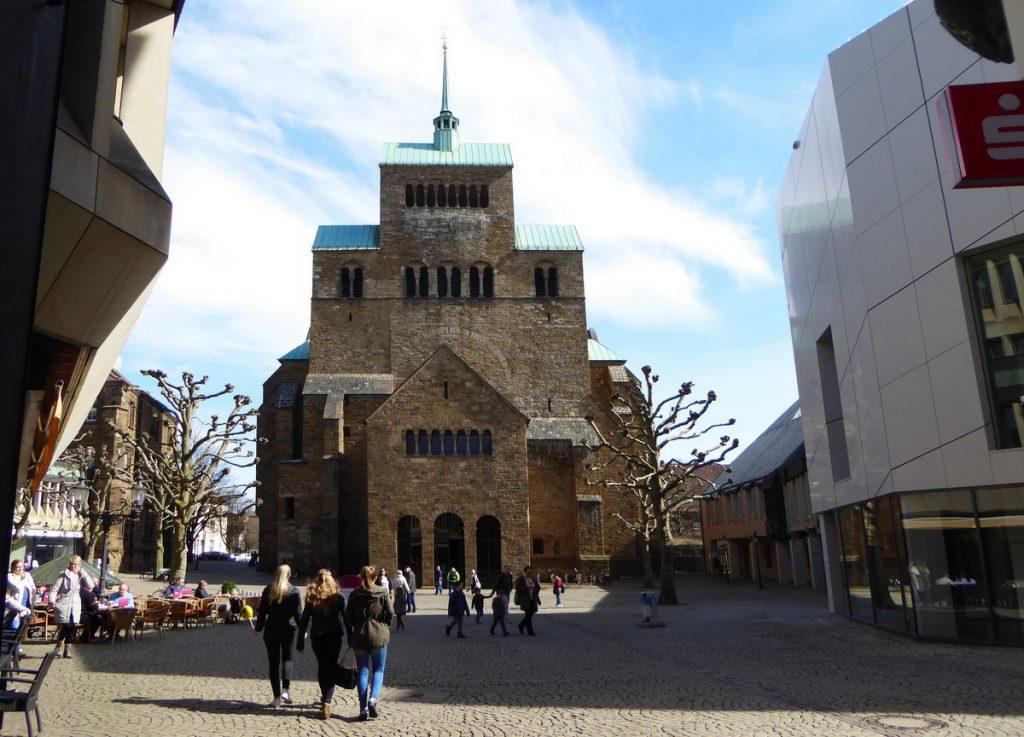 Das mächtige Westwerk des Mindener Domes beeindruckt. Nur wenige Meter vom Dom entfernt befindet sich der Domschatz Minden (r.) mit seiner wertvollen Sammlung. Foto: DVM/Hans-Jürgen Amtage