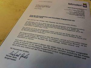 Mindens Bürgermeister Michael Jäcke hat beim Neujahrsempfang 2019 der Stadt Minden dem Dombau-Verein Minden ein Dankesschreiben für das große ehrenamtliche Engagement des DVM überreicht. Foto: DVM